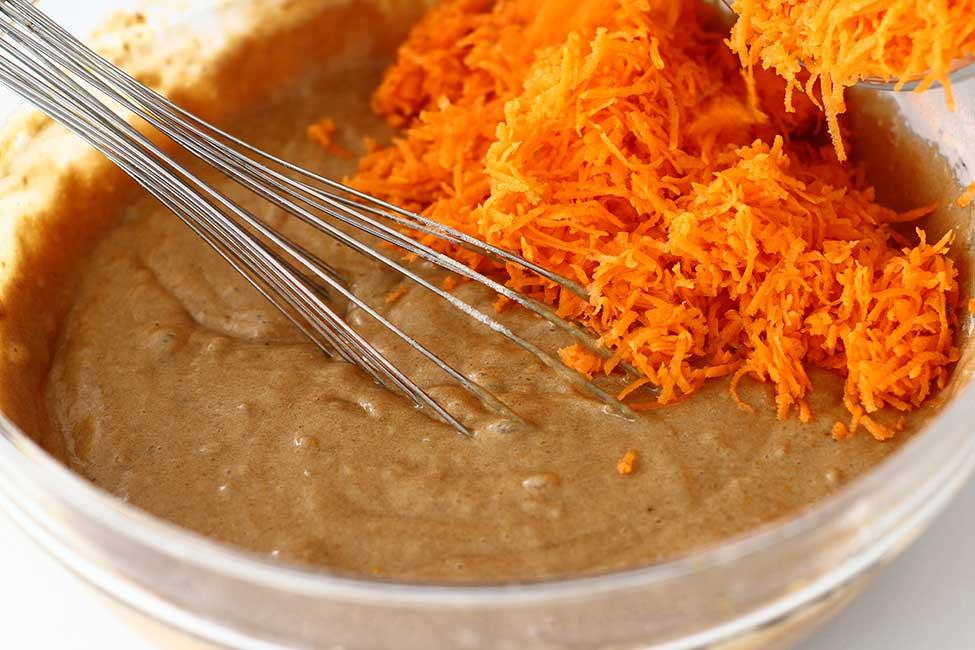 adaugare morcovi rasi la compozitia pentru prajitura de post cu morcovi