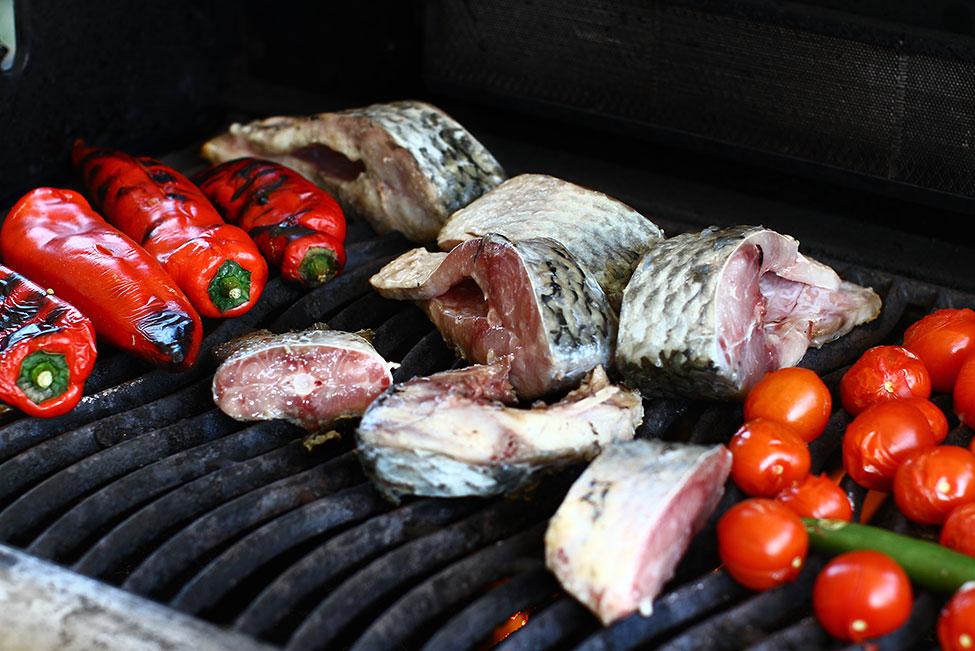 crap si legume fripte pe gratar pentru saramura de peste reteta saramura de crap