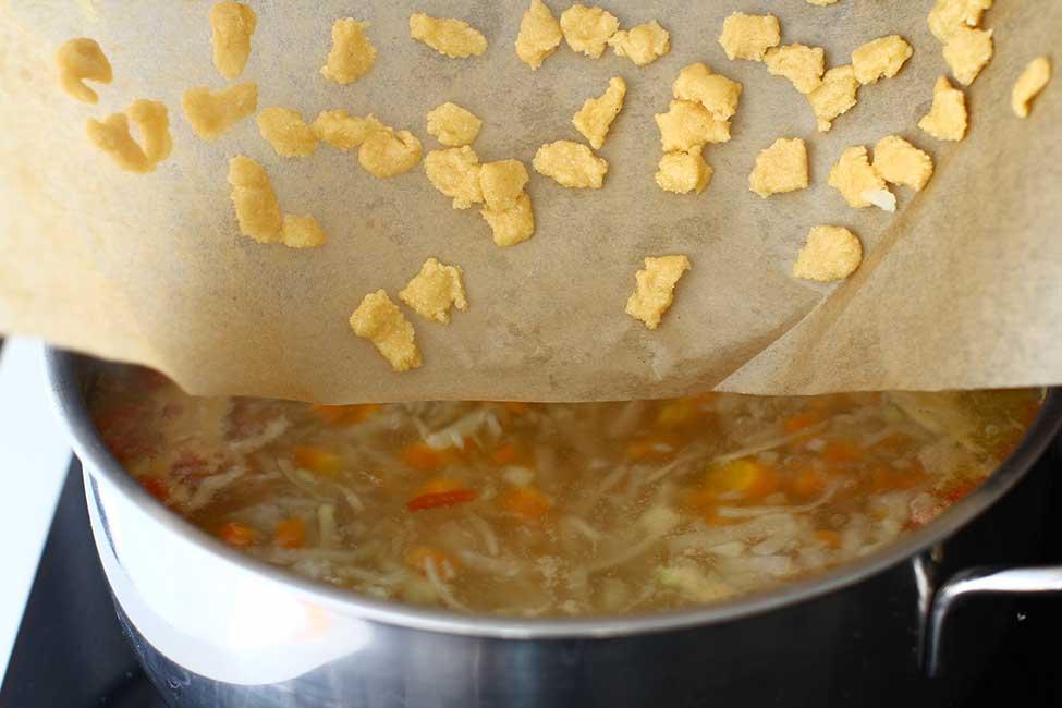 adaugare galuste csipetke la supa de gulii
