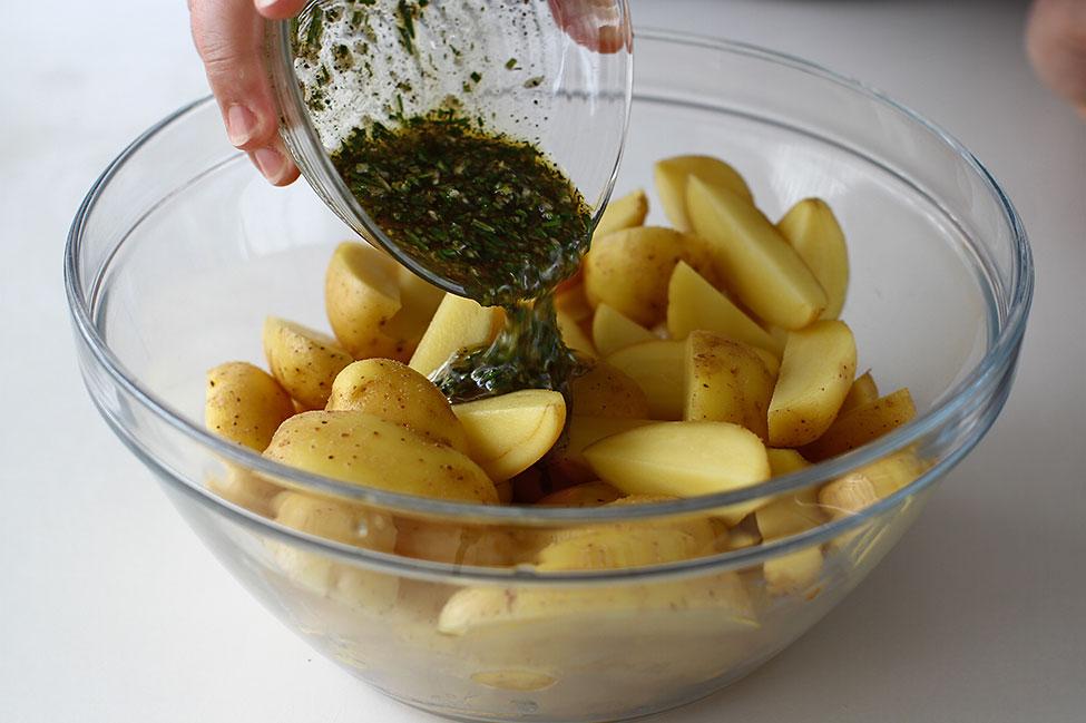 cartofi noi la cuptor cu cimbru si rozmarin condimentare