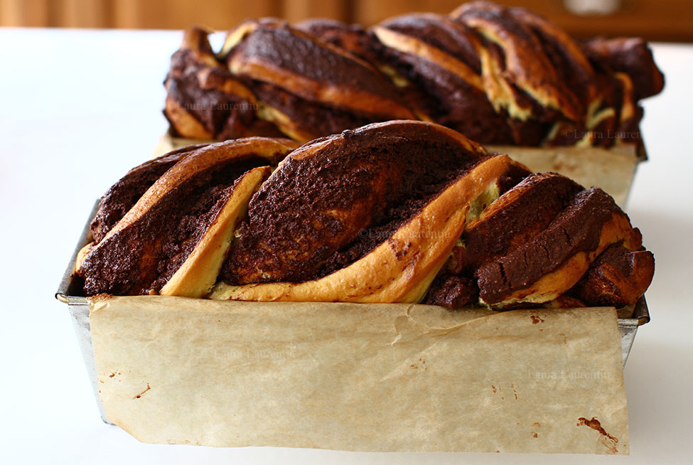 cozonaci insiropati cu nuca si ciocolata copti proaspat scosi din cuptor inainte de insiropare
