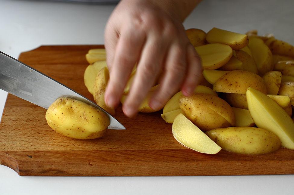 mod de preparare cartofi cu cimbru si rozmarin la cuptor