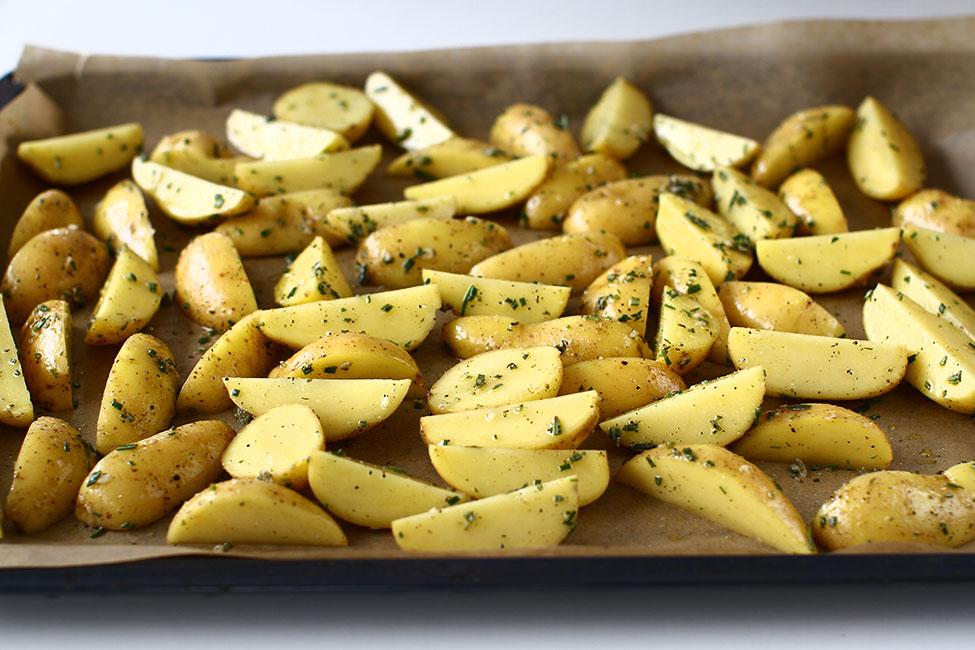 mod de preparare cartofi noi la cuptor cu rozmarin si cimbru