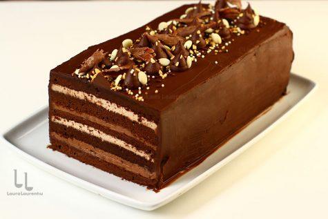 Tort cu ciocolată cu blat umed și trei creme – tort Îndrăgostit de ciocolată