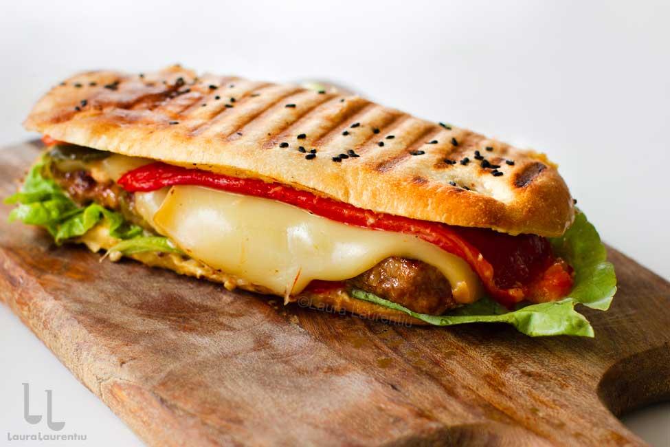Mitch Sandwich - burger românesc gourmet