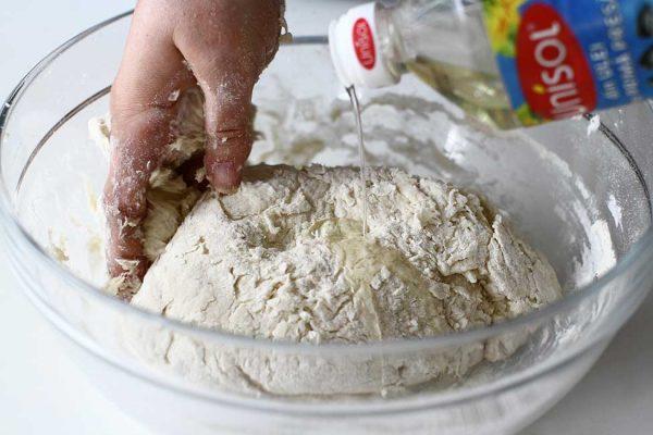 adaugare ulei in timpul framantarii aluatului pentru paine panini pentru sandwich