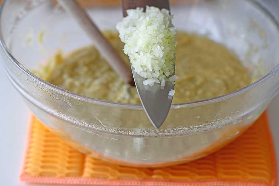 adaugare ceapa tocata in salata de vinete de post