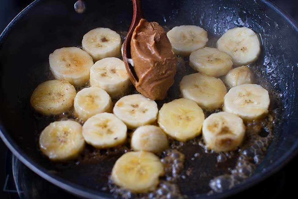 banane caramelizate cu unt de arahide