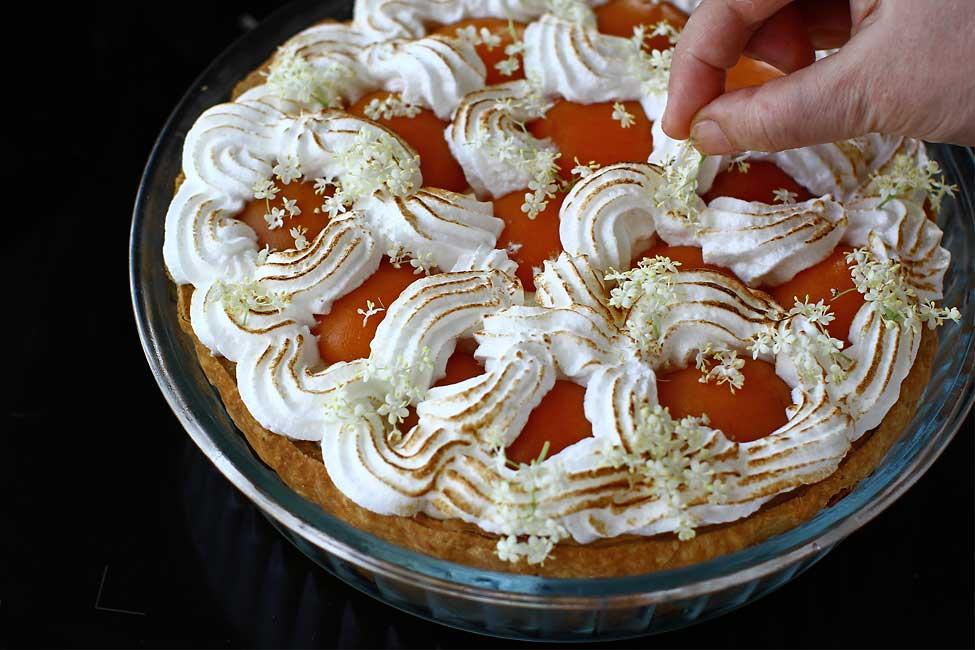 decor tarta cu caise si crema cu flori de soc laura laurentiu
