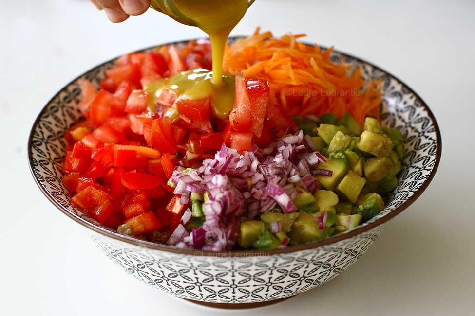 dressing de mustar si miere adaugat la salata de quinoa cu cruditati