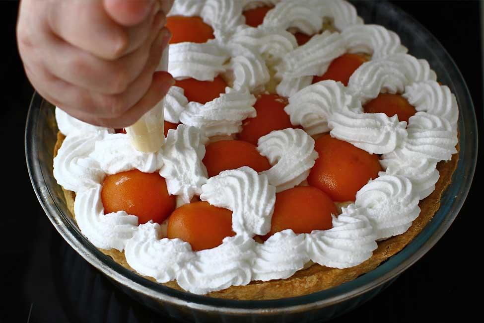 montare tarta cu caise si crema cu flori de soc reteta