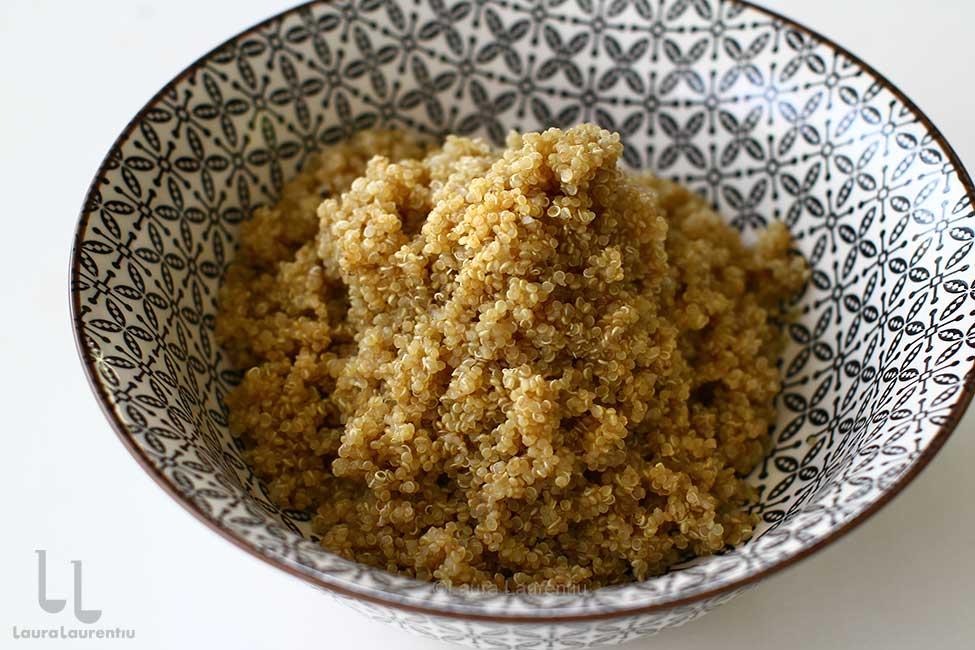 quinoa fiarta in castron pentru salata de quinoa cu cruditati