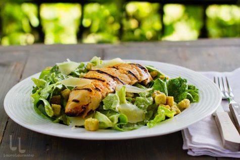 Salata Caesar cu piept de pui la grătar