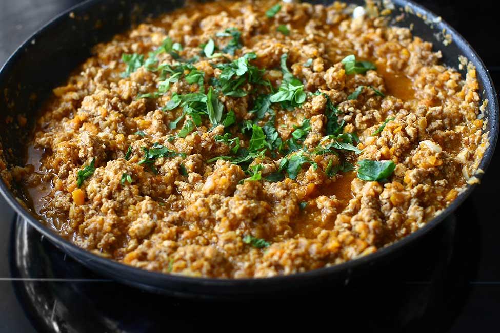 adaugare busuioc si alte ierburi aromatice in sosul de carne si legume