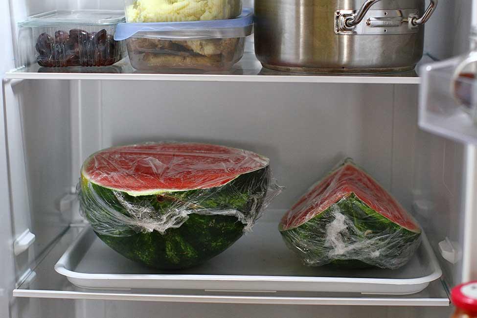 raft de frigider ocupat de un pepene