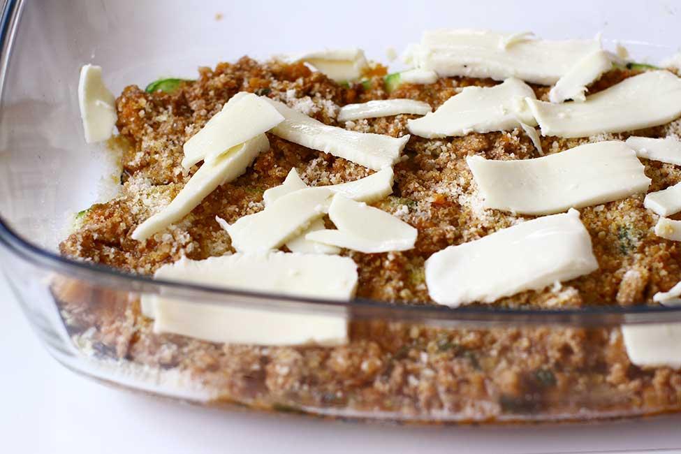strat de branza mozzarella intre straturi de dovlecei si sos de carne cu legume