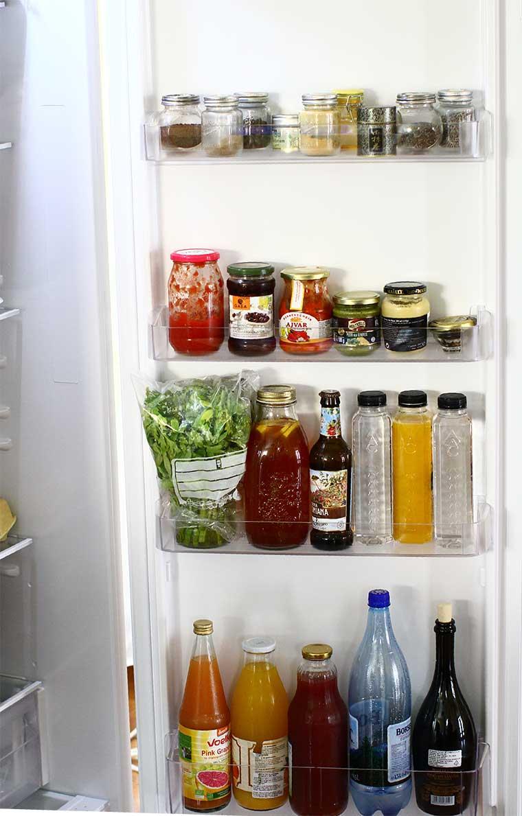 alimente depozitate pe usa frigiderului