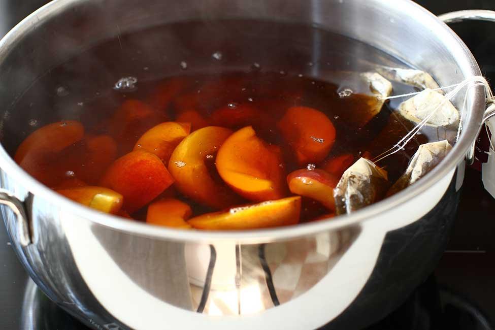 adaugarea piersicilor in ceaiul negru