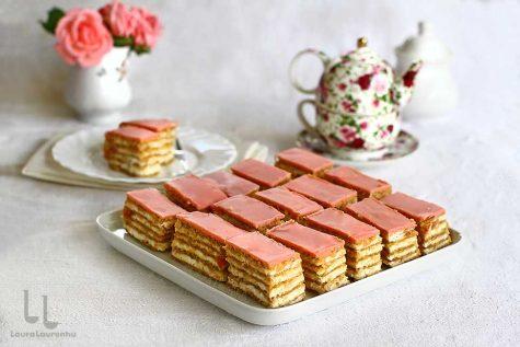 Prăjitură cu foi cu nucă umplută cu gem și cremă de mascarpone