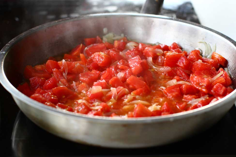 tomate rosii in tigaie pentru tocana