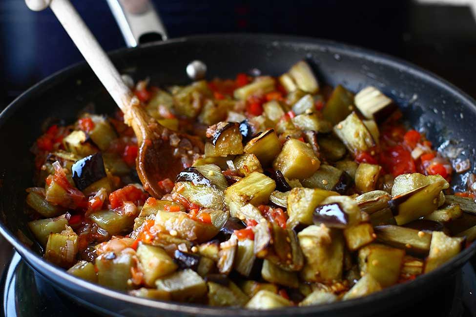 adaugarea vinetelor in sosul cu ceapa si rosii