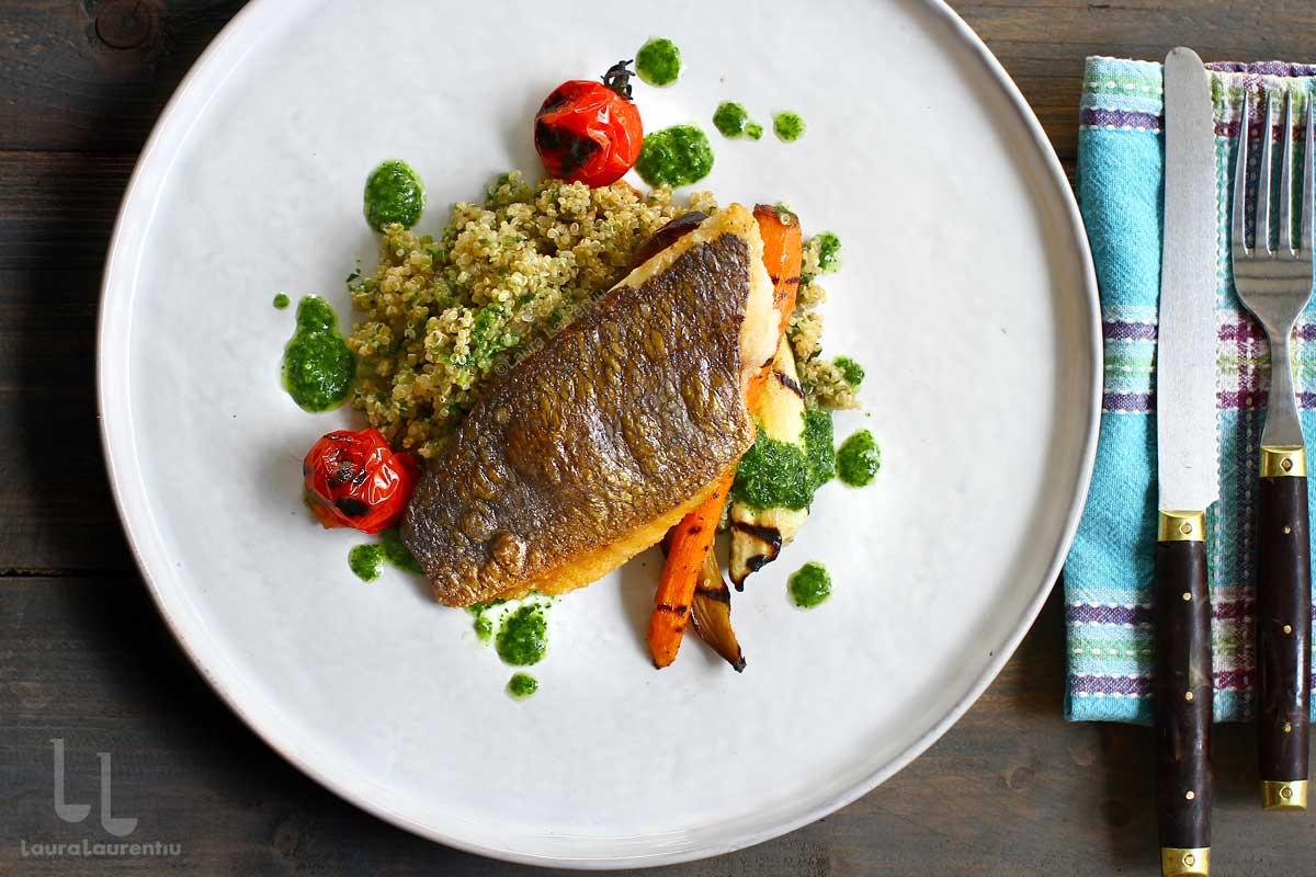 Biban de mare cu garnitură de quinoa și legume - o cină rapidă și gustoasă