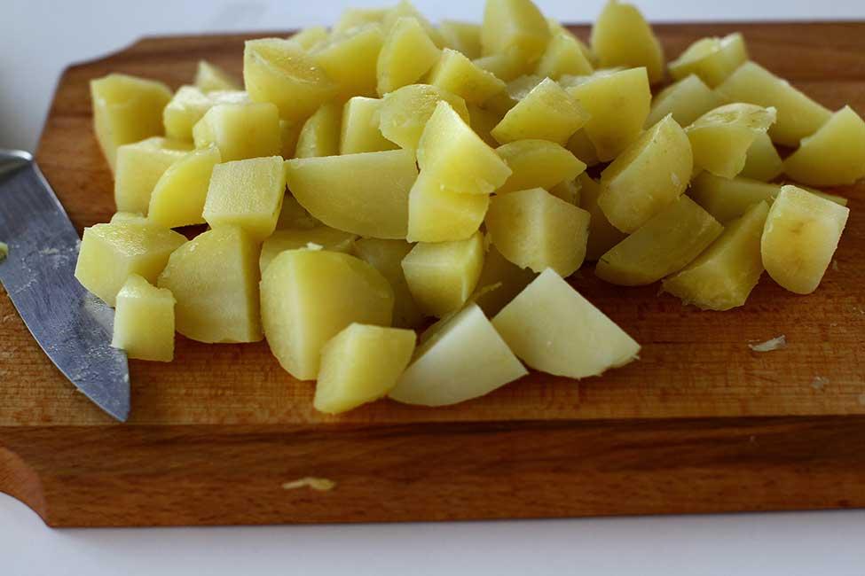 cartofii fierti si decojiti taiati cuburi