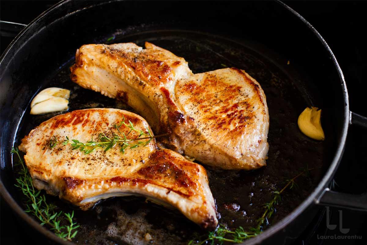 Cotlet de porc la tigaie - secretele unei fripturi suculente și rumene