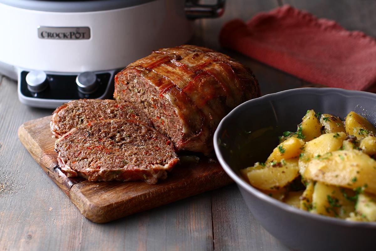 Ruladă de carne tocată în bacon - cu garnitură de cartofi - la slow cooker