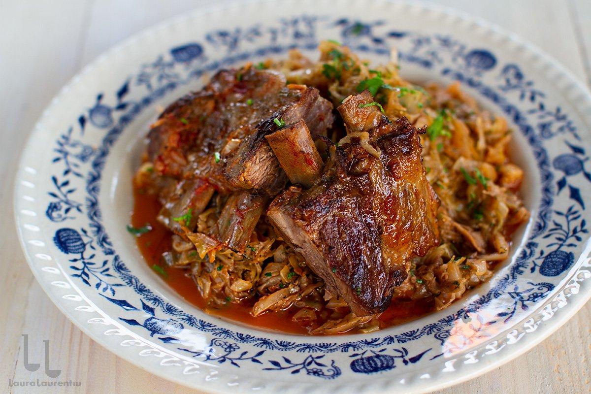 varza calita cu coaste de porc reteta varza calita cu carne de porc in farfurie gata de servire