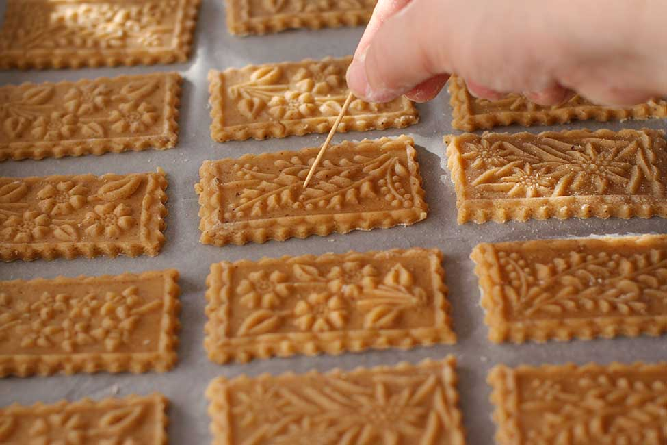 biscuitii in tava intepati