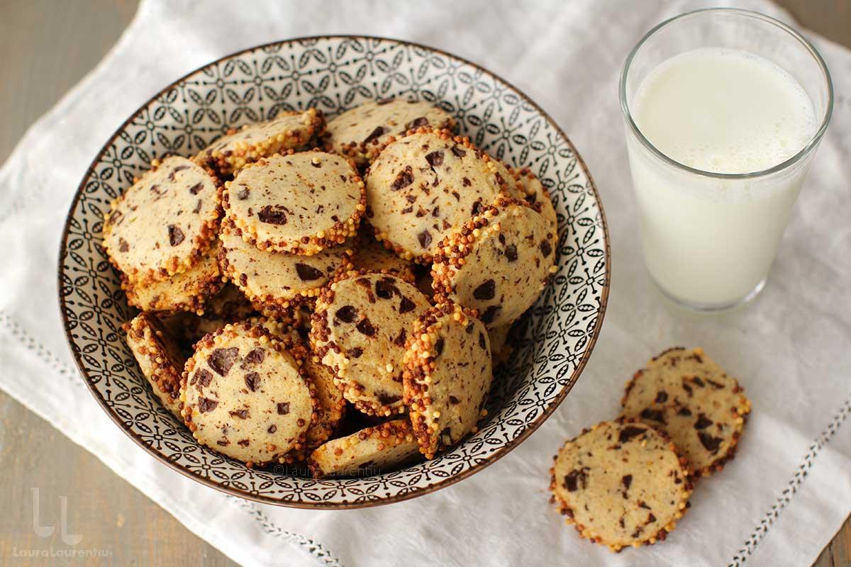 Fursecuri fragede cu unt - biscuiți - și bucățele de ciocolată