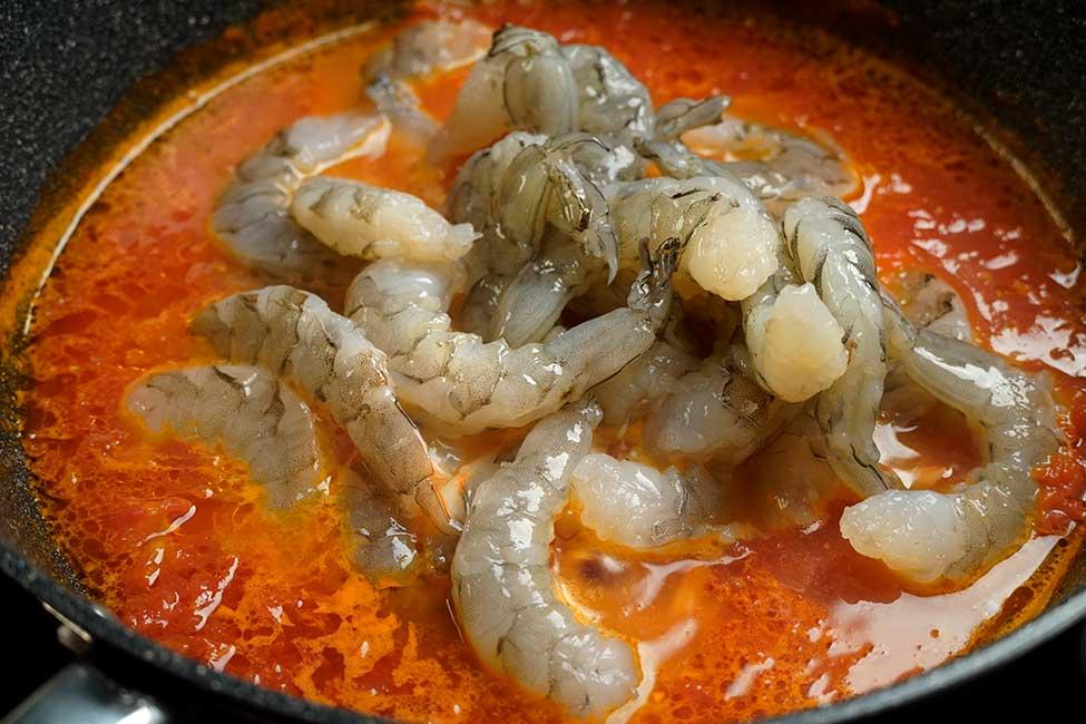 gatire creveti in sosul de rosii cu usturoi si zeama de scoici