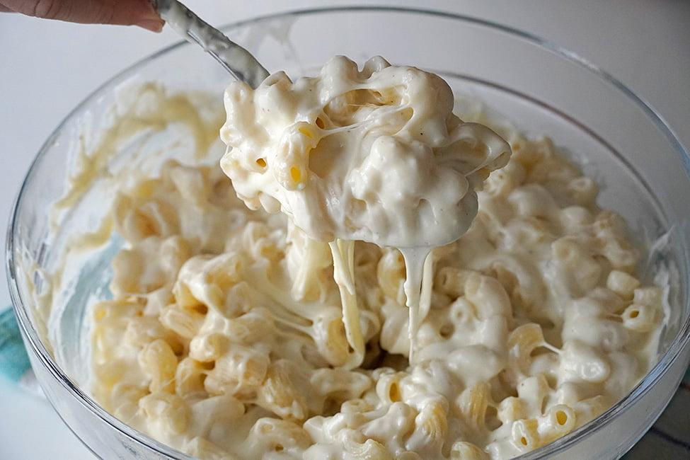 amestecarea macaroanelor cu sosul de branza