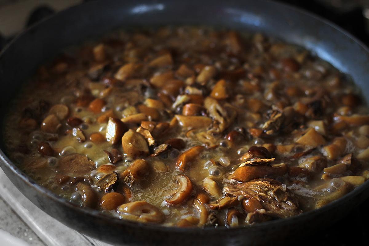 ciuperci cu sos in tigaie