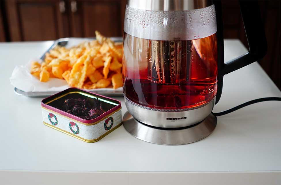 ceai de hibiscus preparat in fierbator cu filtru