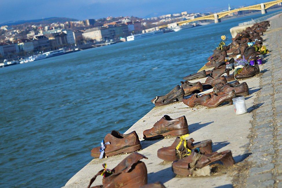monumentul pantofilor de pe dunakorzo