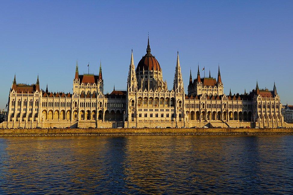 parlamentul ungariei vazut de pe dunare