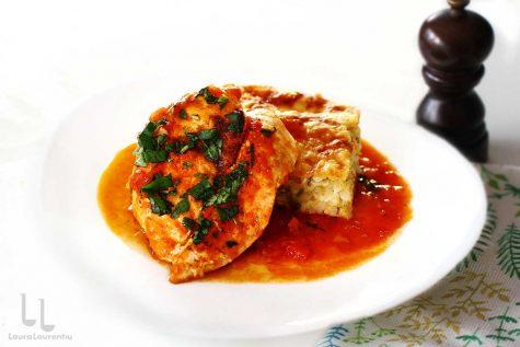 Piept de pui în sos de roșii cu usturoi – rețetă rapidă