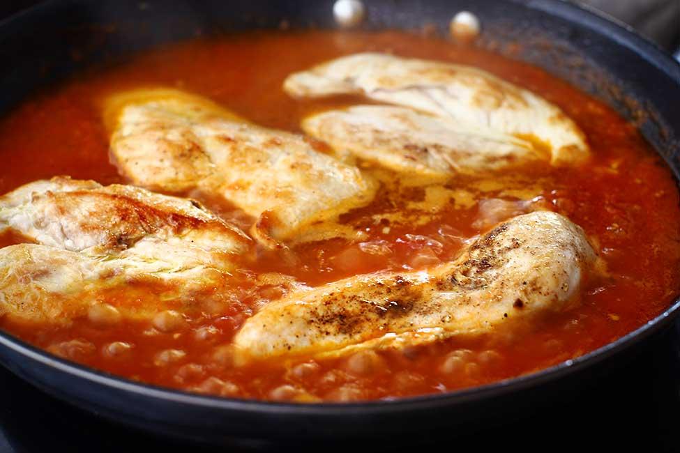 gatirea puiului in sosul de tomate