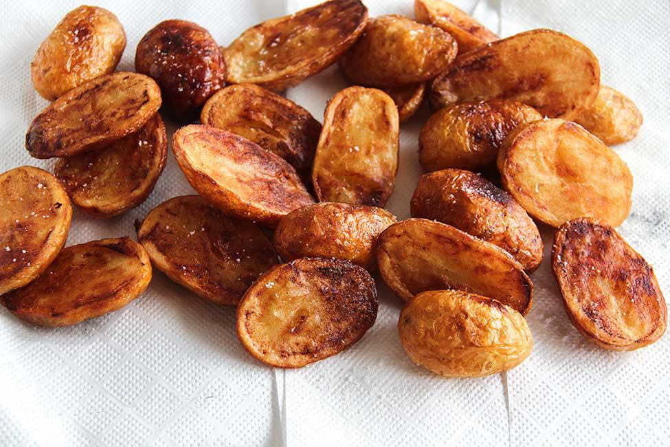 cartofi noi prajiti in untura pe hartie absorbanta