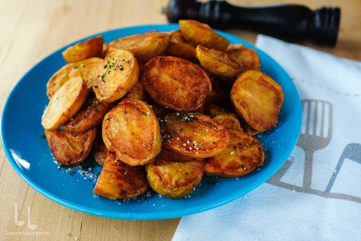Cartofi noi prăjiți în untură