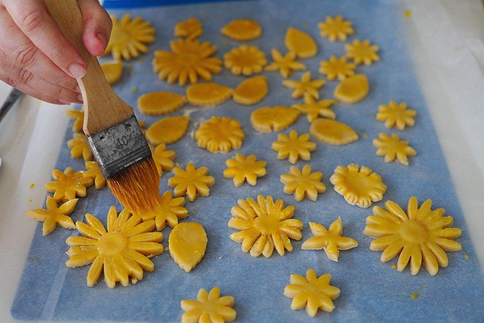 flori din aluat fraged finisate cu ou si zahar