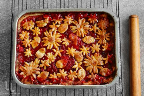 Prăjitură cu căpșuni cu decor de flori din aluat fraged