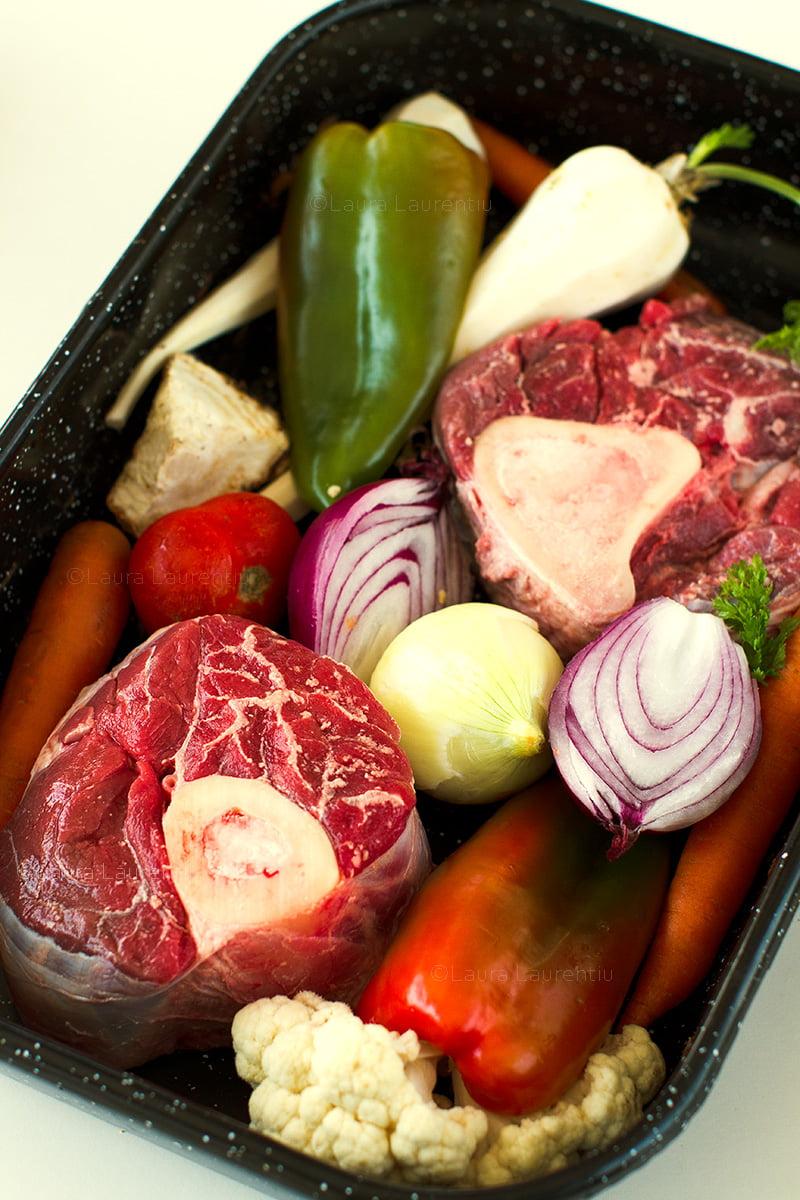 tava cu ingrediente crude pentru supa de baza de carne si legume