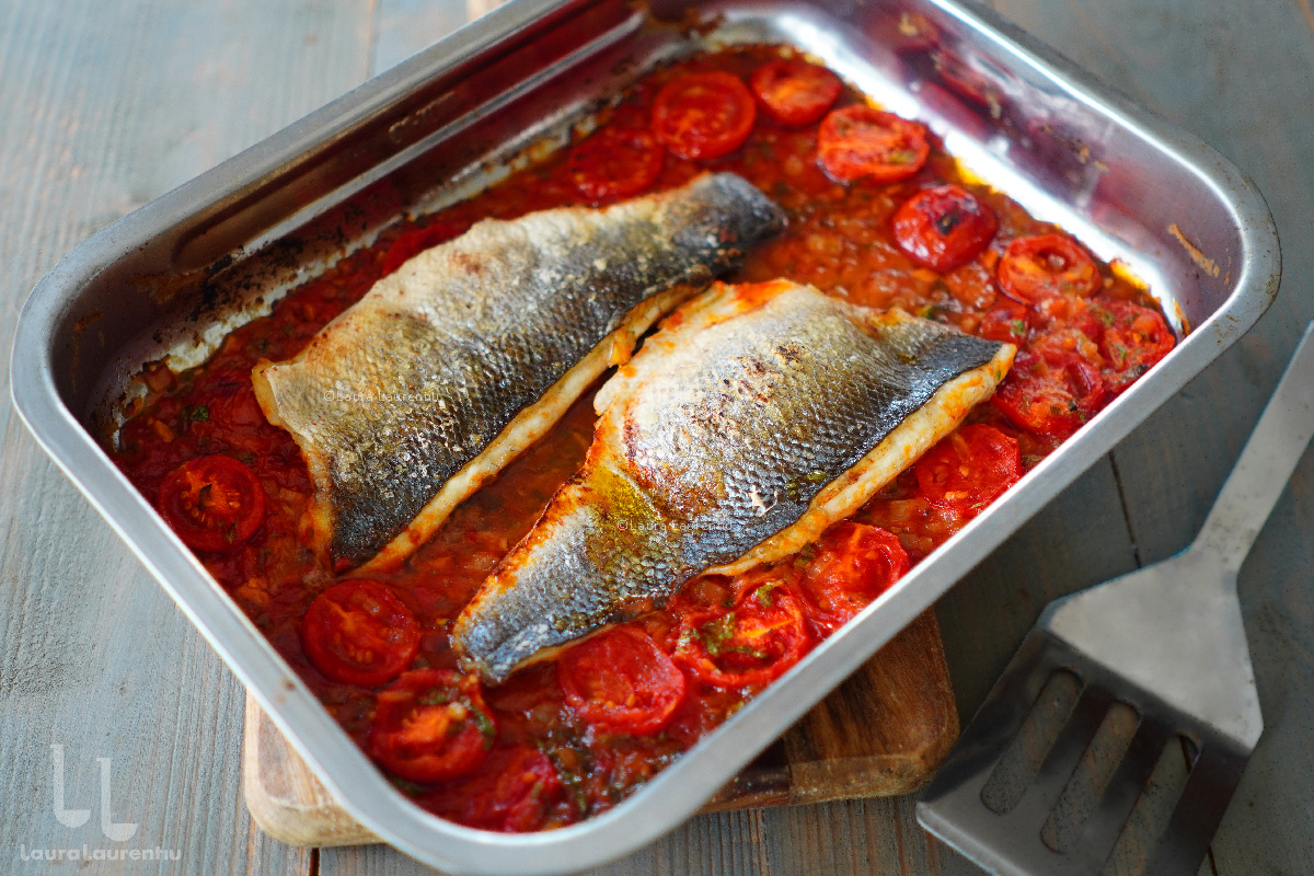 Biban de mare la cuptor, cu sos de roșii cu usturoi