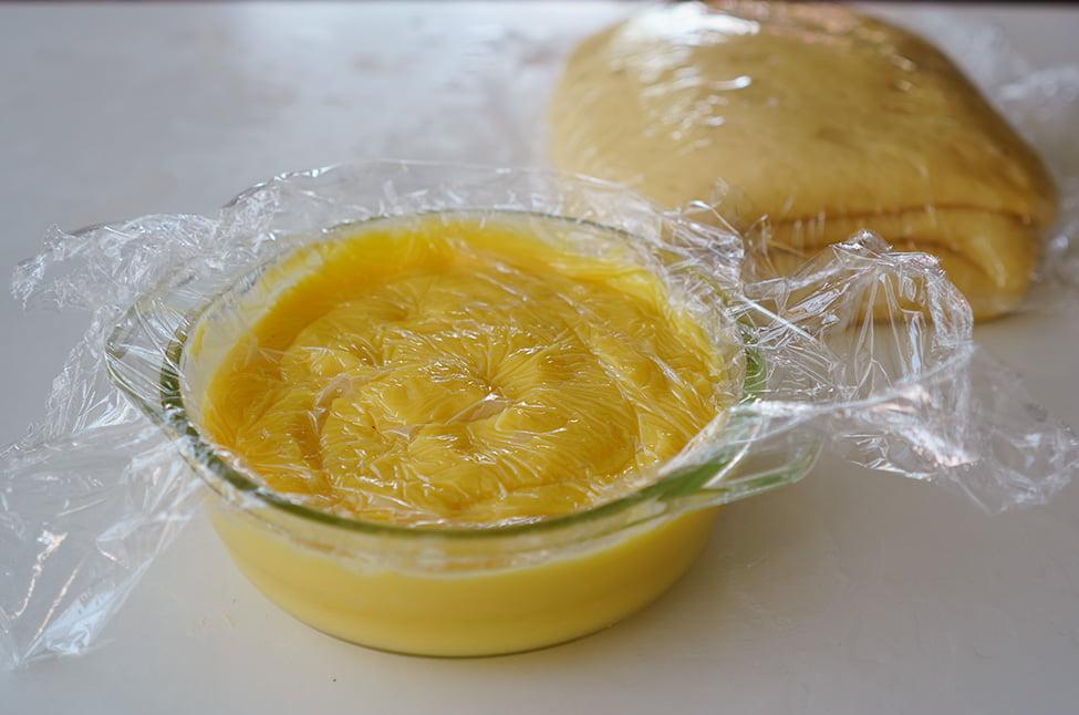 crema de vanilie acoperita cu folie alimentara