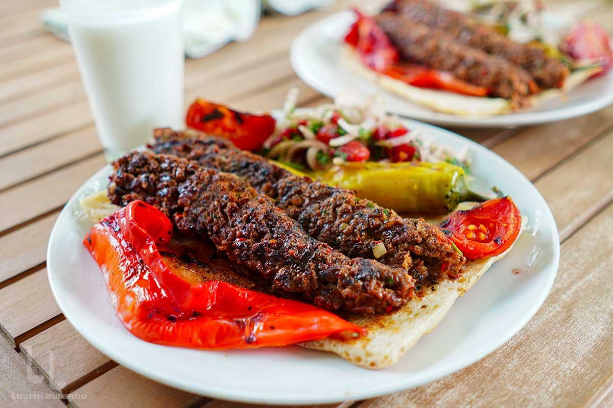Adana Kebab - rețetă turcească prezentată detaliat