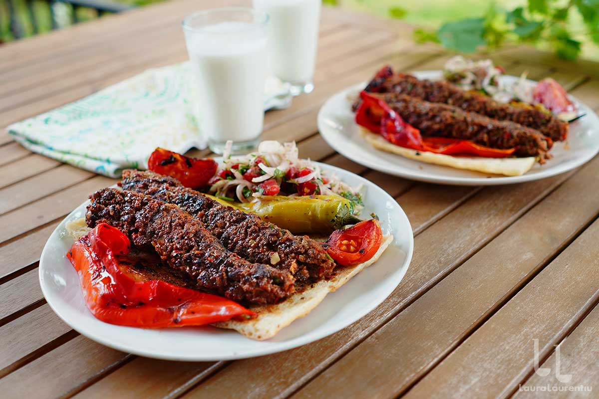 adana kebab frigarui din carne tocata de miel reteta turceasca prezentata detaliat