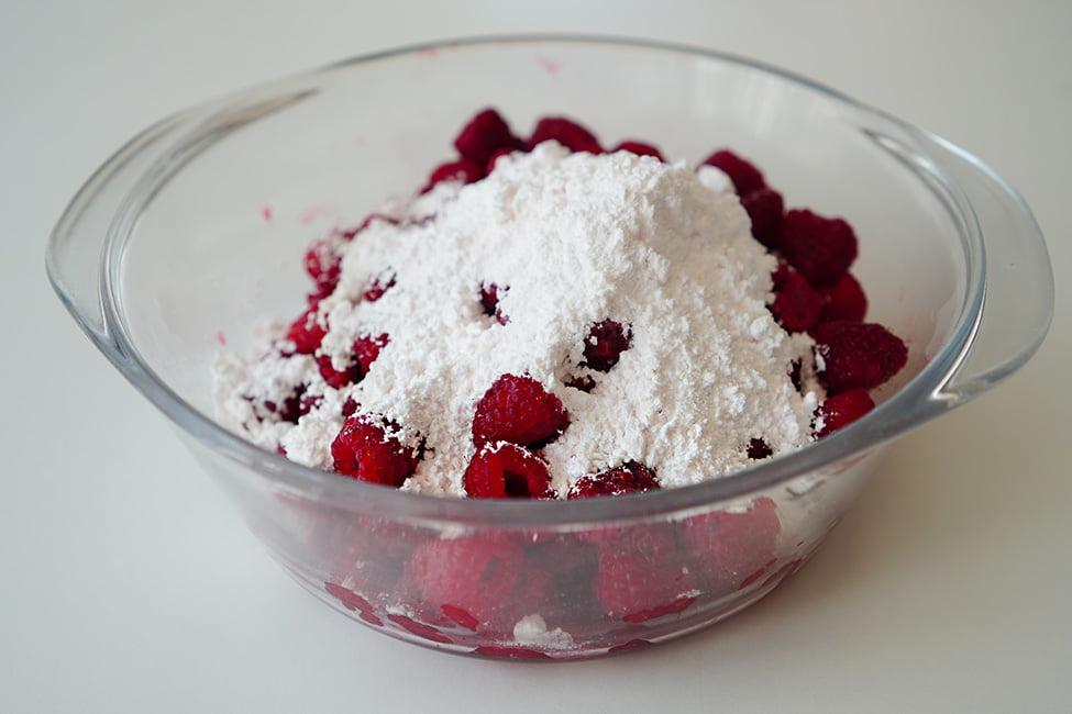 presararea zmeurei cu zahar pudra